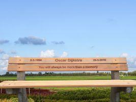 Herdenken - monument - bankje - hout graveren