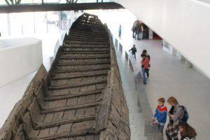 40 meter golvende RVS-platen bij Romeins schip