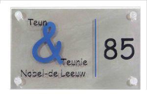 Naambord: Plexiglas – Graveren aan voor en achterzijde – Inlakken