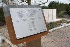 Herdenkingsbord oorlogsgraf