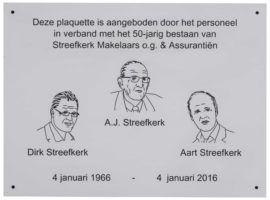 Alum herdenkingsplaquette frees lijntekening aangeboden door personeel BJ streefkerk