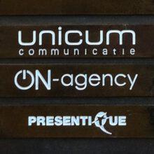 Donker gebruineerd messing Wit ingelakt Paneel Unicum detail naambordje