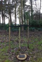 boomschijf met een gegraveerde metalen gedenkplaat